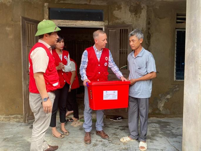 Đại sứ Anh Gareth Ward thăm hỏi, tặng quà người dân ở xã Tân Ninh - một trong những địa phương tại Quảng Bình chịu ảnh hưởng nặng nề từ bão lũ trong thời gian qua - Ảnh: Đại sứ quán Anh cung cấp