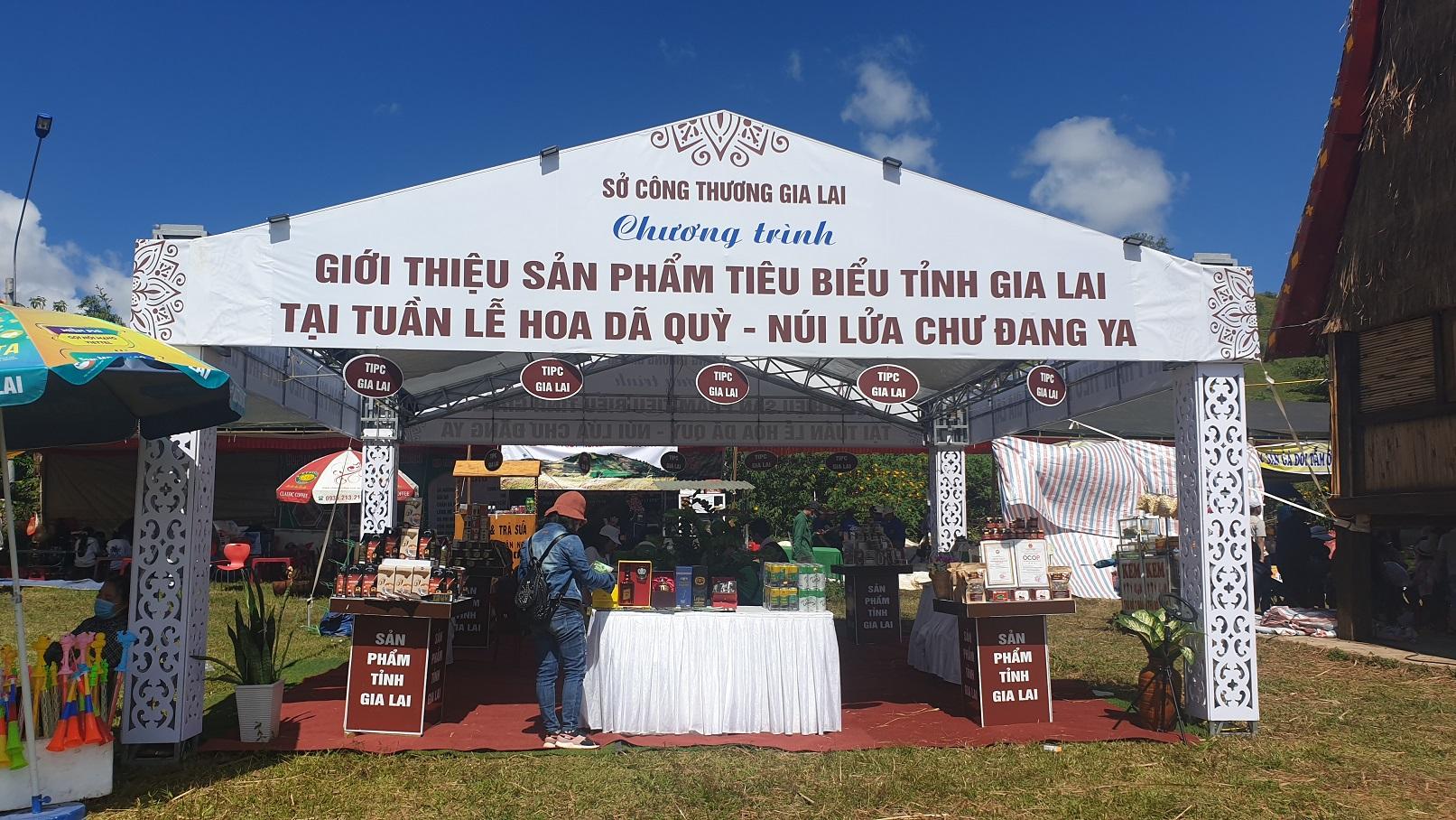 Các sản phẩm tiêu biểu của tỉnh Gia Lai cũng được đưa về trưng bày tại Tuần lễ hoa dã quỳ