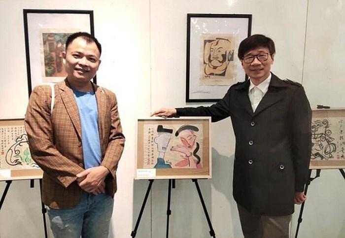 Họa sĩ Nguyễn Tuấn Sơn (bên trái) và một số tác phẩm của mình