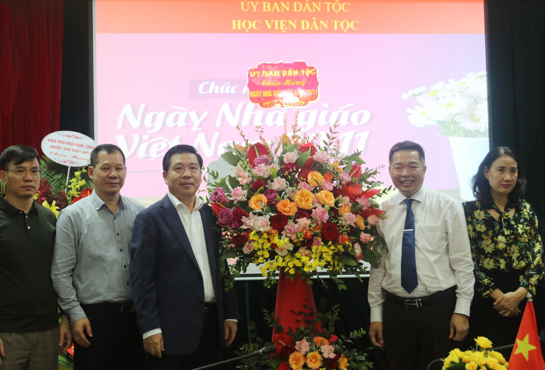 Thứ trưởng, Phó Chủ nhiệm UBDT tặng hoa chúc mừng Học viện Dân tộc