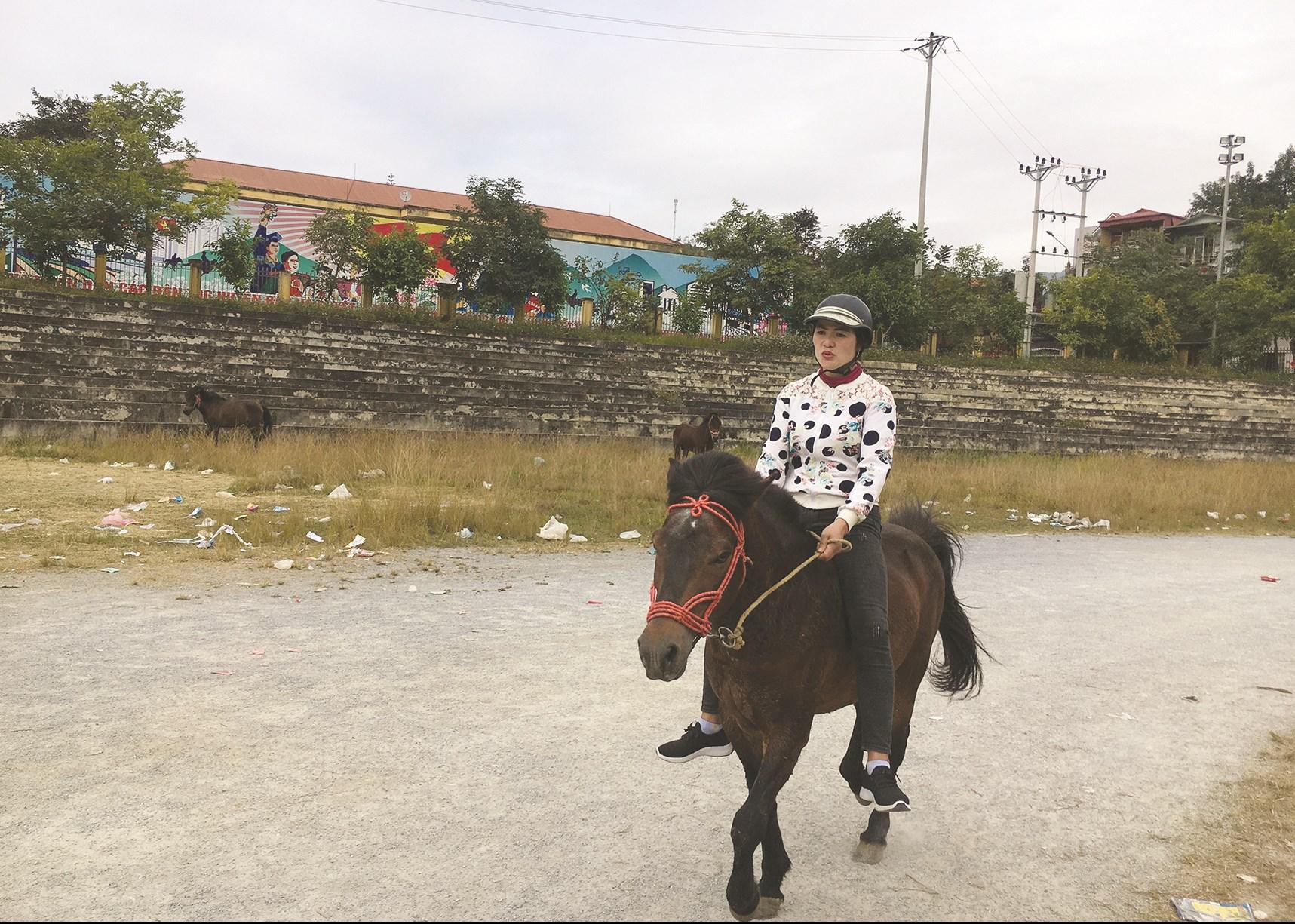 Nài ngựa nữ Tải Thị Lan, thôn Na Hối Tày xã Na Hối và chú tuấn mã của mình