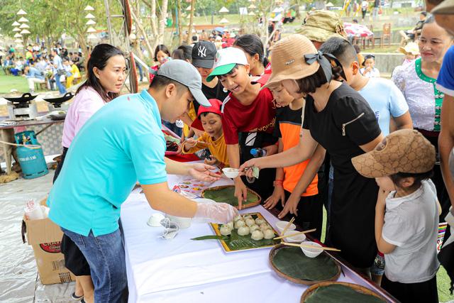 Đông đảo khách du lịch đến thưởng thức âm nhạc và trải nghiệm ẩm thực tại sự kiện