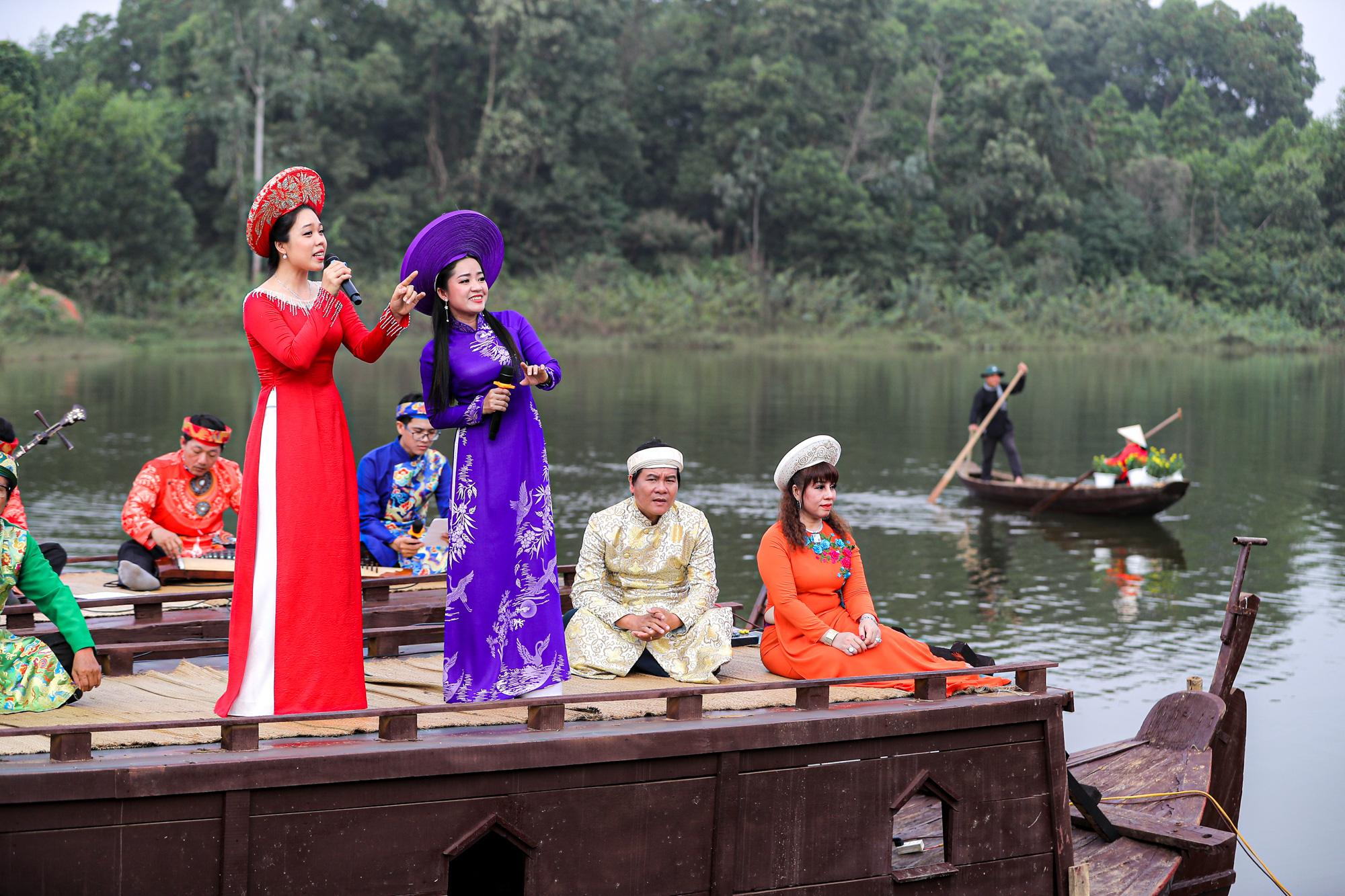 Trình diễn Đờn ca tài tử tại Làng Văn hóa Du lịch các dân tộc Việt Nam.