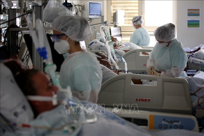Nhân viên y tế điều trị cho bệnh nhân COVID-19 tại bệnh viện Santa Maria ở Lisbon, Bồ Đào Nha, ngày 20/11/2020. Ảnh: THX/TTXVN