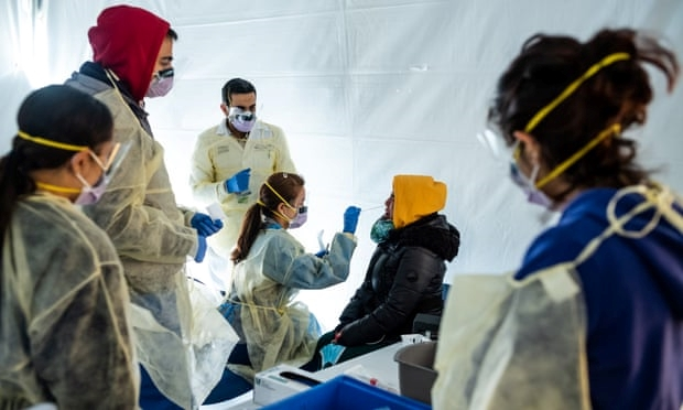 Các bác sỹ kiểm tra sức khỏe các nhân viên y tế trong bệnh viện với các triệu chứng của dịch viêm đường hô hấp cấp COVID-19 ở Bronx, New York, Mỹ.  (Ảnh: Gettty Images)