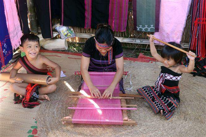 Trình diễn dệt thổ cẩm của người Cơ Tu tại ngày hội Di sản văn hóa Đà Nẵng 2020. Ảnh: Trần Lê Lâm/TTXVN