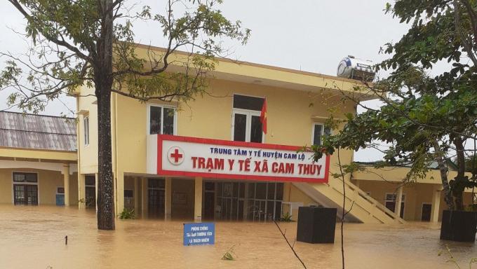 Trạm Y tế xã Cam Thủy, huyện Cam Lộ, tỉnh Quảng Trị ngập sâu trong đợt mưa lũ tháng 10