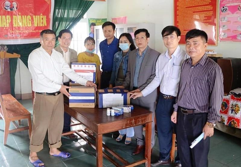 Sở Y tế Nghệ An cấp phát thuốc, hóa chất xử lí môi trường sau lũ cho người dân vùng ngập lụt.