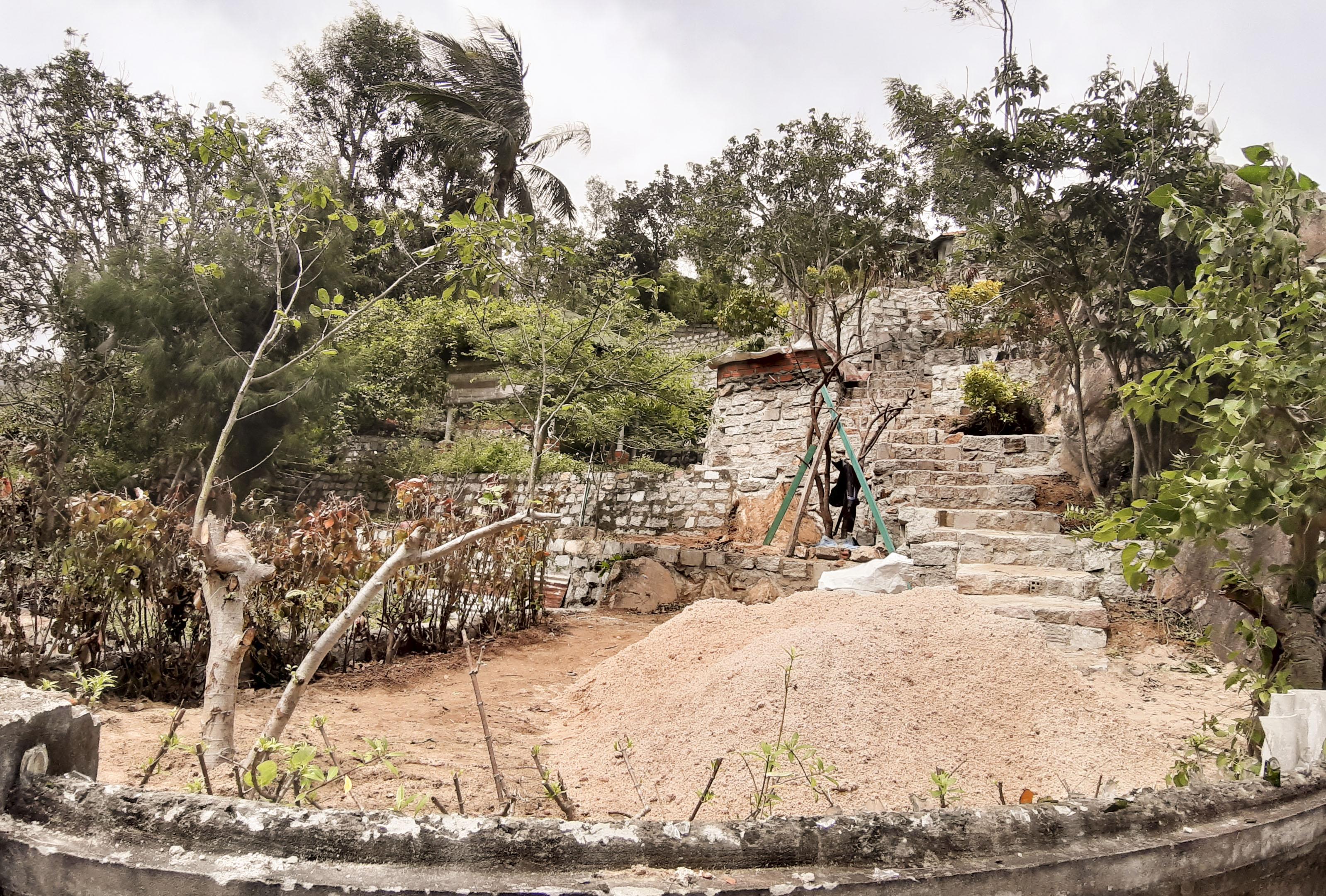 Cận cảnh công trình xây dựng trái phép trên núi Xuân Vân, khu di tích danh thắng quốc gia Ghềnh Ráng