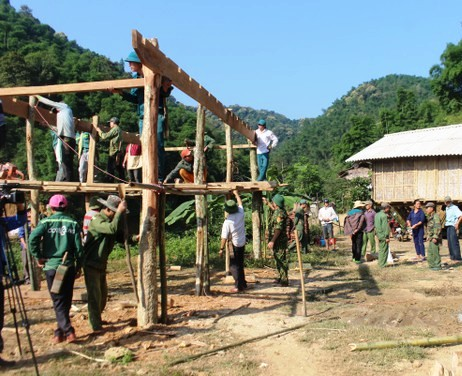 Chính quyền huyện Con Cuông cùng lực lượng sở tại làm nhà tạm đi dời các hộ dân vùng sạt lở bản Bủng Xát, xã Châu Khê