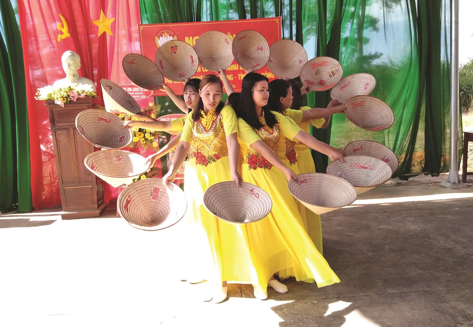 Các tiết mục văn nghệ của Nhân dân thôn Thanh Bình, xã Phi Liêng, huyện Đam Rông trong ngày hội đại đoàn kết dân tộc.