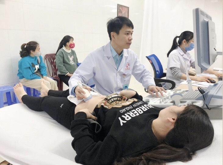 Bác sĩ Bùi Văn Thế khám chữa bệnh cho bệnh nhân tại TTYT huyện Hải Hà