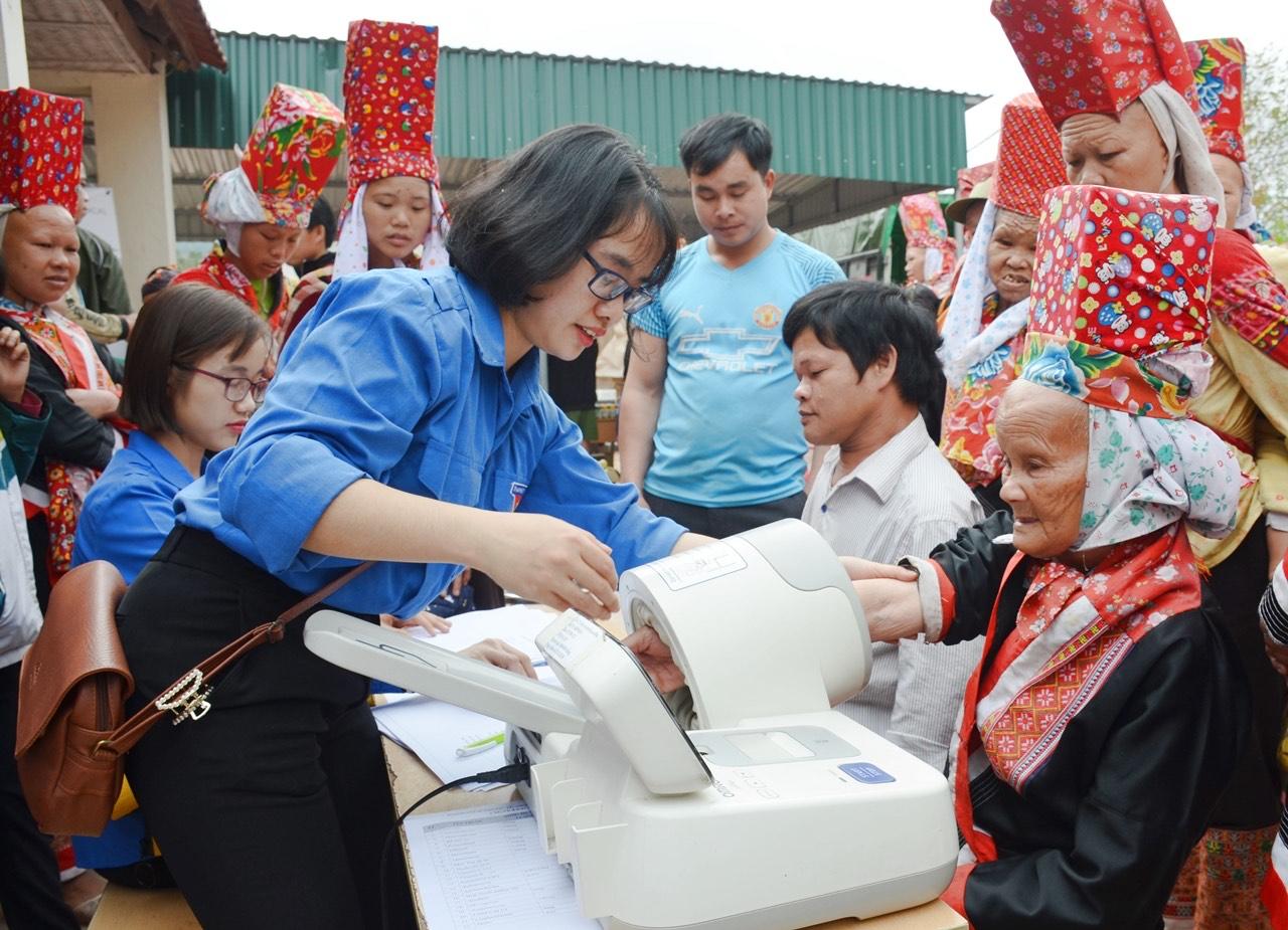 Đoàn viên, thanh niên của Bệnh viện Sản Nhi tỉnh Quảng Ninh tích cực hoạt động khám chữa bệnh lưu động cho người dân vùng DTTS