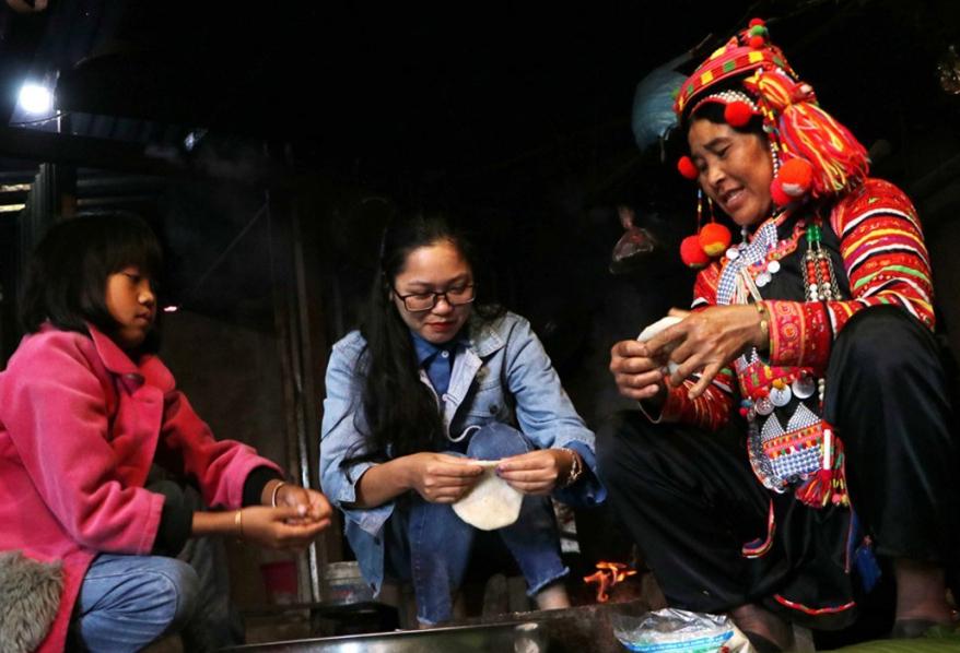 Ngày tết cổ truyền, phụ nữ Hà Nhì sẽ làm bánh giầy.
