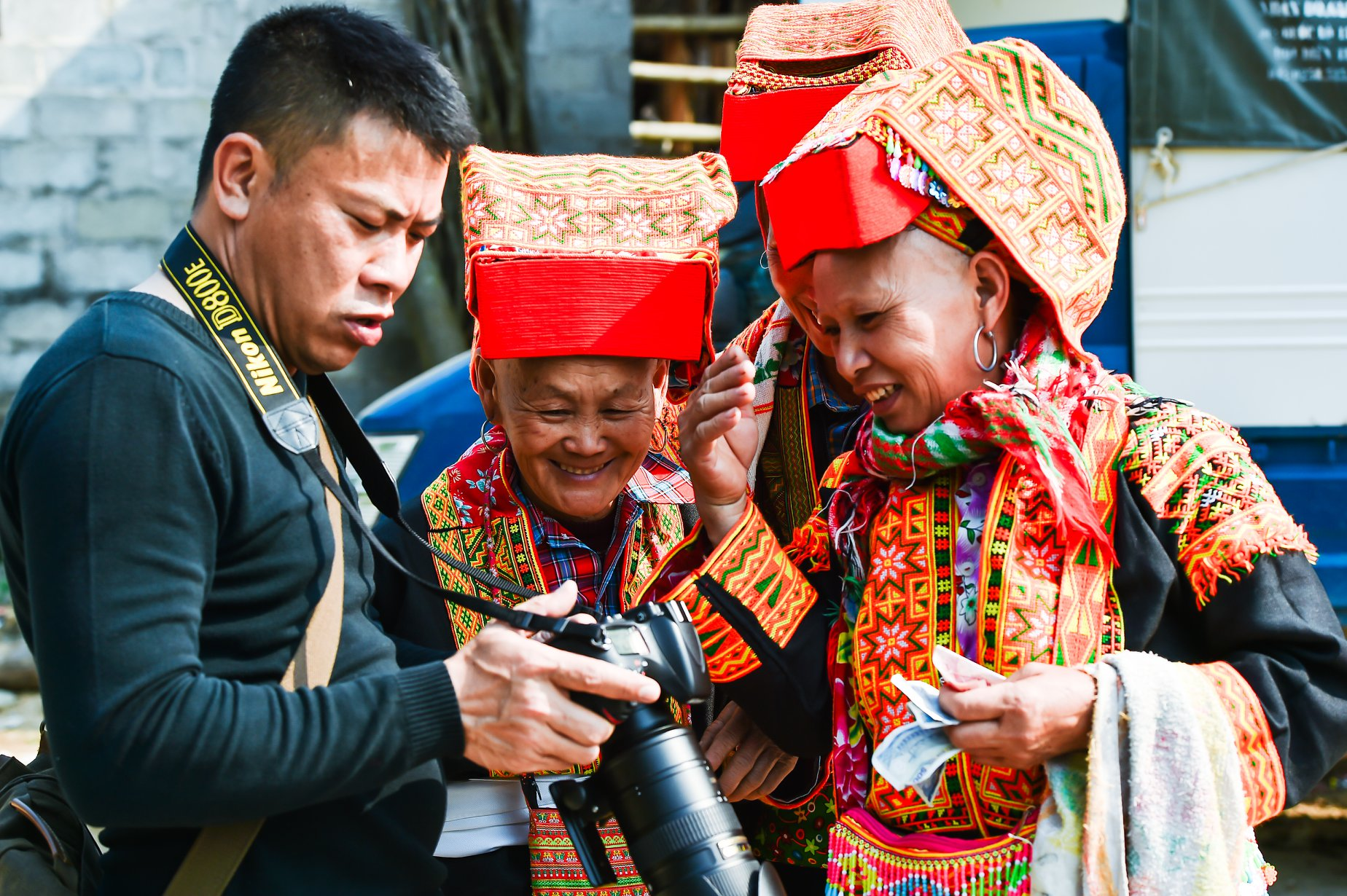 NSNA Nguyễn Sơn Tùng chia sẻ những khoảng khắc chụp ảnh cùng bà con người Dao.