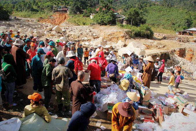 Người dân xã Phước Thành nhận hàng cứu trợ - Ảnh: Inernet