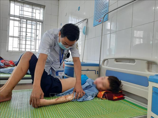 Các y, bác sĩ đang thăm khám cho T. Q.D tại Trung tâm Y tế huyện Yên Phong, tỉnh Bắc Ninh. Ảnh: Thanh Thương/TTXVN