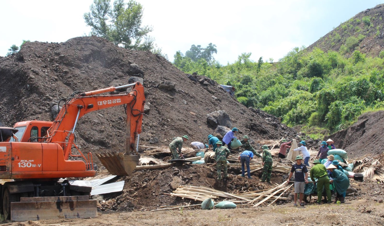 Lực lượng chức năng tổ chức khắc phục sự cố sạt lở trên địa bàn huyện Chợ Đồn