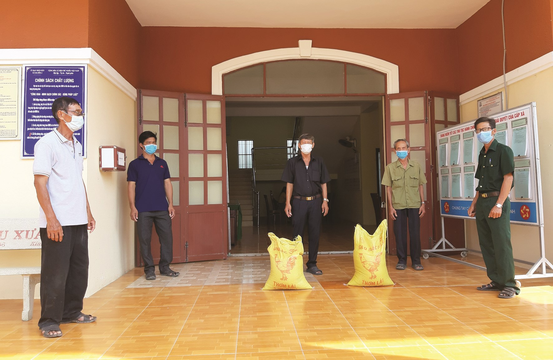 Hội Từ thiện CCB xã Gia Hòa 2 phối hợp với Ủy ban Mặt trận Tổ quốc xã Gia Hòa 2 trao tặng gạo cho hộ nghèo trong thời gian phòng, chống dịch Covid-19.