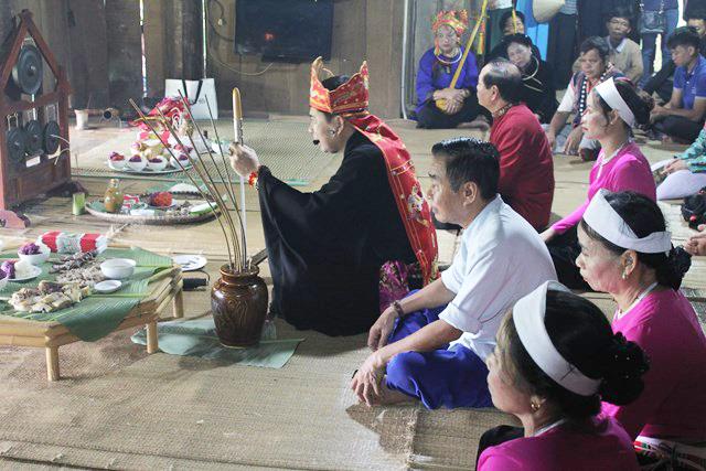 Thầy mo làm lễ cúng trong Lễ Mát nhà.