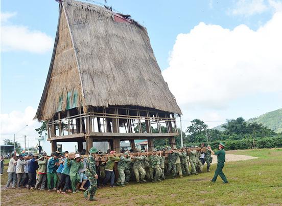 Lực lượng quân đội giúp dân làng Hek (xã Chư A Thai, huyện Phú Thiện, Gia Lai) di dời nhà cửa xây dựng làng nông thôn mới.