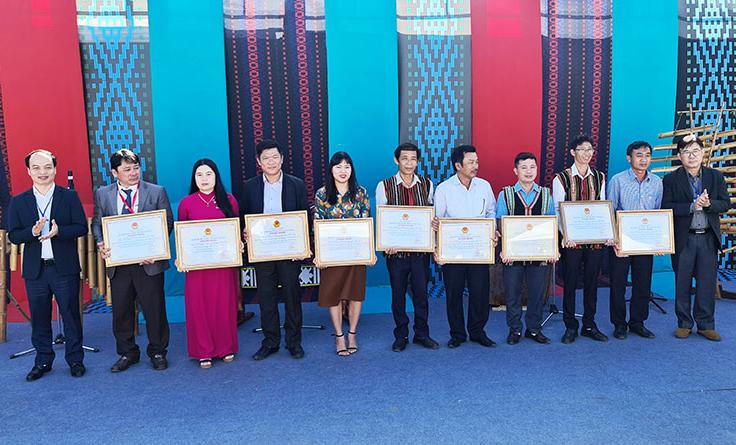 Đại diện Bộ Văn hóa, Thể thao và Du lịch trao chứng nhận Nghệ thuật trình diễn dân gian Nau M'Pring (dân ca) của người Mnông vào danh mục di sản văn hóa phi vật thể quốc gia cho tám huyện và thành phố của tỉnh Đắk Nông.