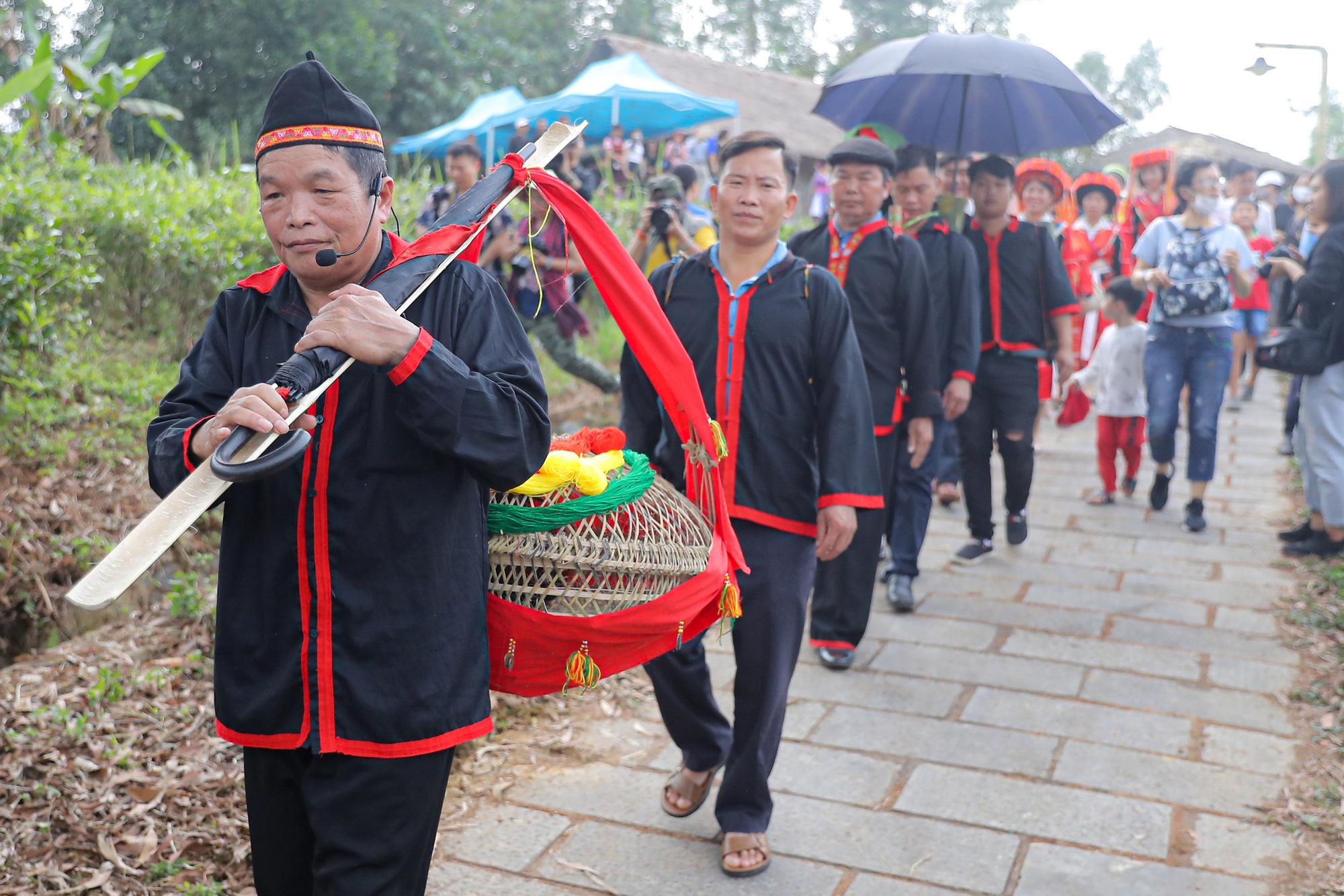 Quan làng nhận nhiệm vụ và lễ vật rồi ra cửa trước đợi chú rể và cả đoàn cùng sang nhà gái để đón dâu về