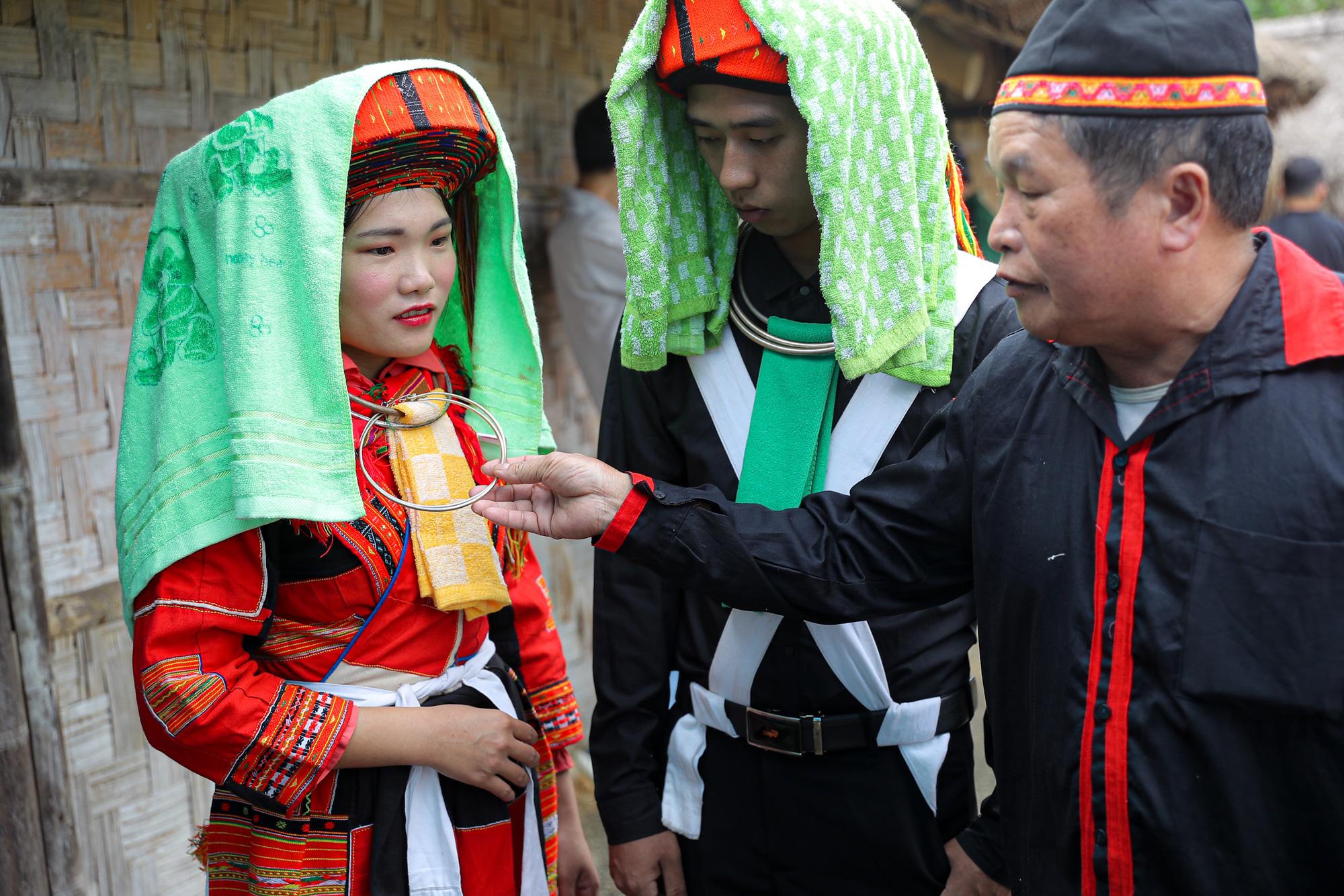 Quan làng trao lễ vật của nhà trai cho cô dâu