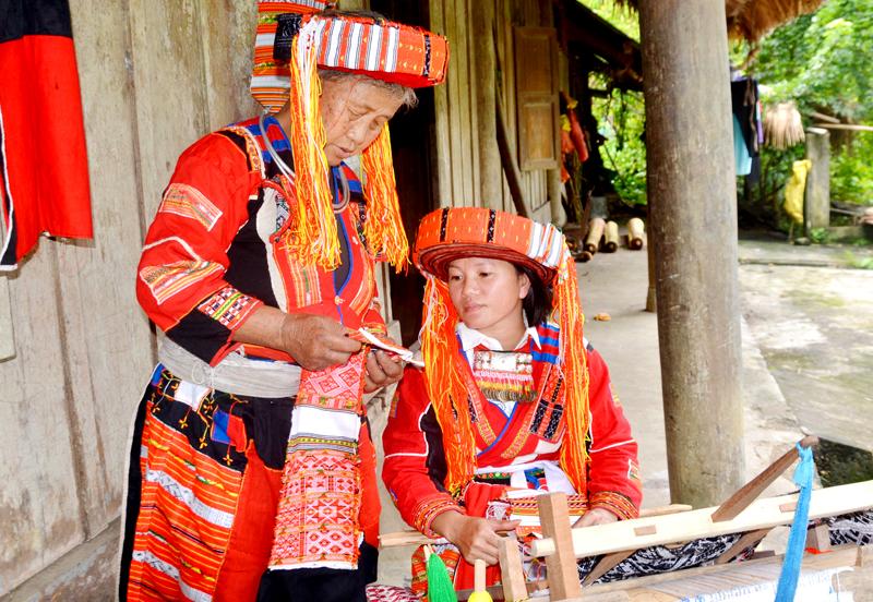 Bà Húng Thị Cháng, hướng dẫn cách dệt trang phục truyền thống.
