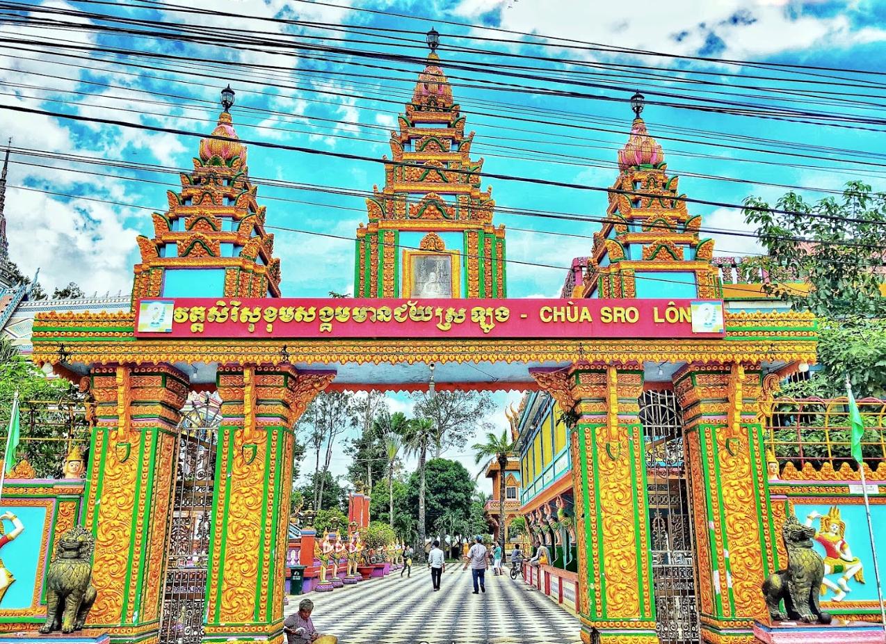 Cổng chùa theo phong cách truyền thống Angkor Campuchia.