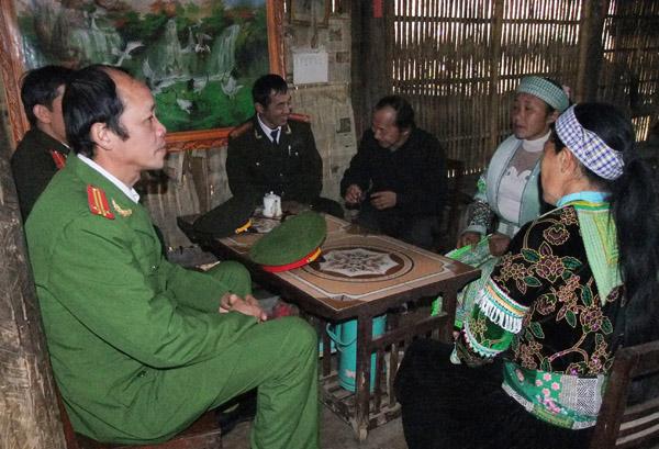 """Lực lượng công an tuyên truyền Phong trào """"Toàn dân bảo vệ an ninh Tổ quốc"""" cho người dân (nguồn: caobang.gov.vn)"""
