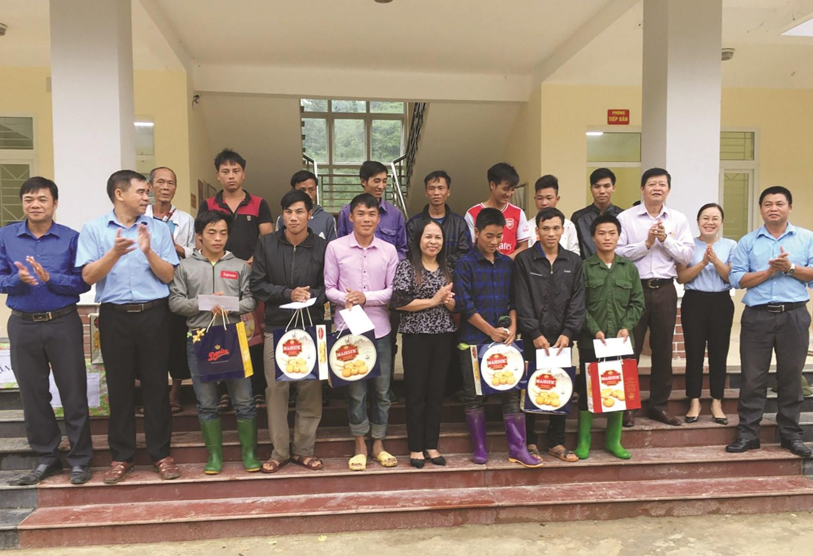 Anh Kha Mạnh Sâm (thứ ba bên phải), tặng quà cho người hộ dân đặc biệt khó khăn xã Mường Bang, huyện Phù Yên tại ngày Hội Đại đoàn kết toàn dân 2020