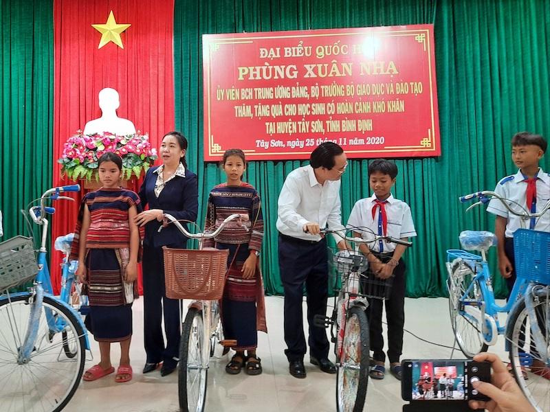 Bộ trưởng GD-ĐT Phùng Xuân Nhạ tặng xe đạp cho học sinh tại Bình Định
