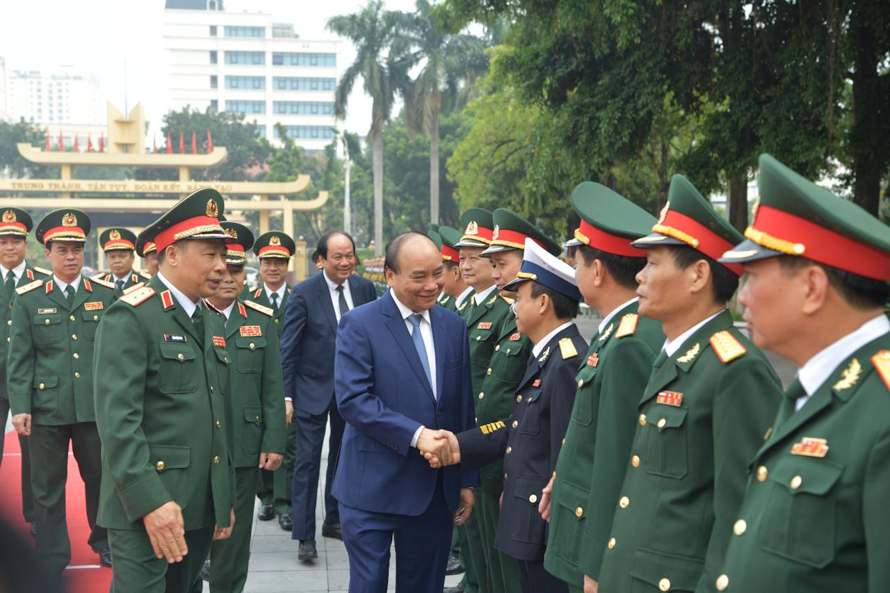 Thủ tướng Nguyễn Xuân Phúc và cán bộ Học viện Quốc phòng. Ảnh: VGP/Quang Hiếu
