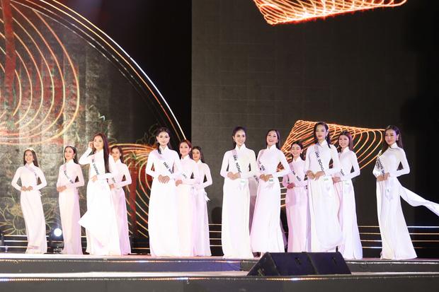 Màn giới thiệu bản thân của các thí sinh trong bộ áo dài trắng.