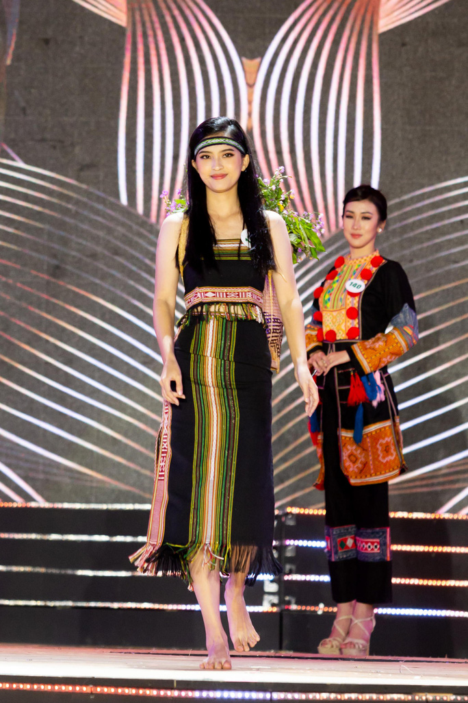 Hình ảnh người con gái Tây Nguyên (bên trái) với trang phục thổ cẩm và đôi chân trần