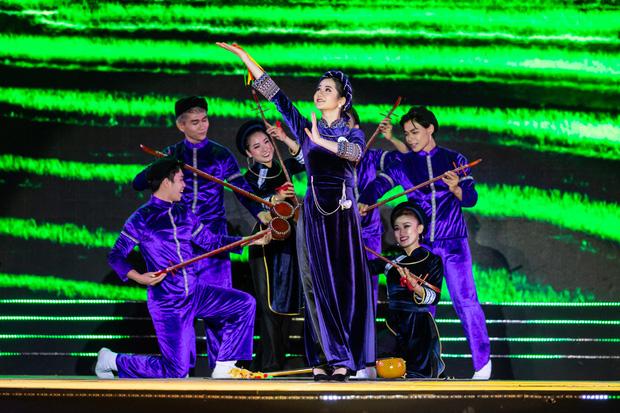 Thí sinh Nông Thị Thiêng (dân tộc Tày, tỉnh Cao Bằng) trình diễn một điệu múa dân tộc