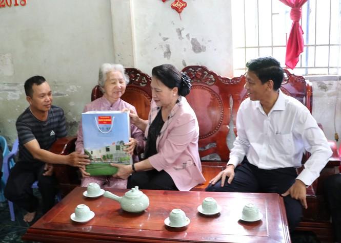 Chủ tịch Quốc hội Nguyễn Thị Kim Ngân thăm hỏi, động viên Mẹ Việt Nam Anh hùng