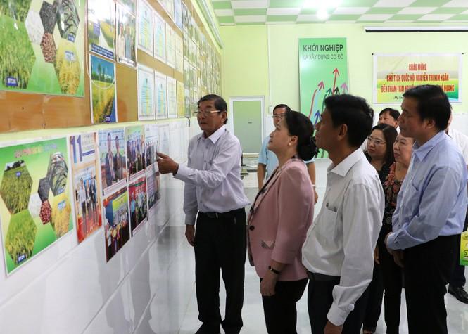 Chủ tịch Quốc hội đến thăm doanh nghiệp Hồ Quang của kỹ sư Hồ Quang Cua.