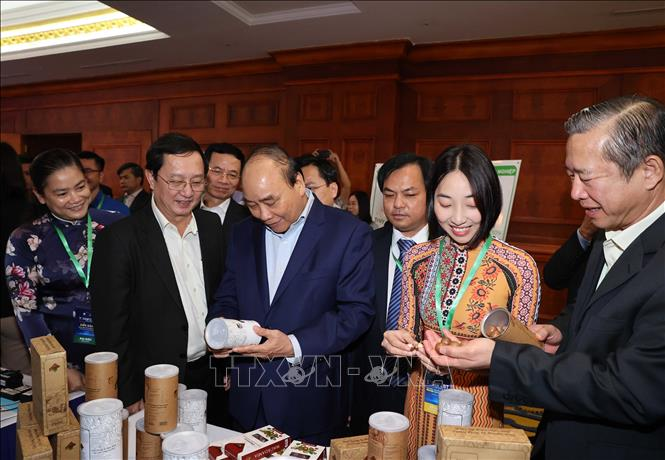 Thủ tướng Nguyễn Xuân Phúc thăm các gian hàng trưng bày sản phẩm tại diễn đàn. Ảnh: Thống Nhất/TTXVN