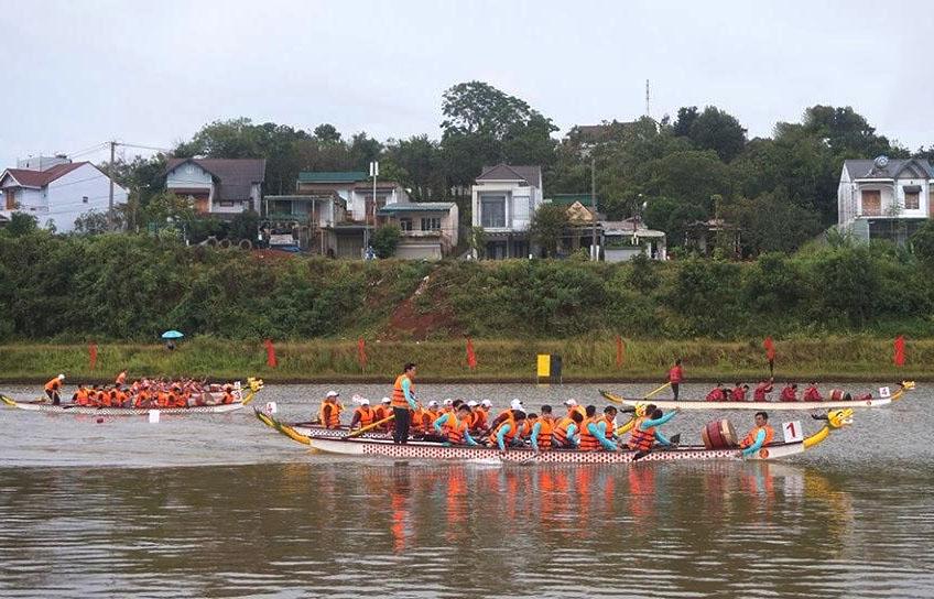 Đua thuyền ở cự ly 500 mét hỗn hợp (Ảnh: BĐN)