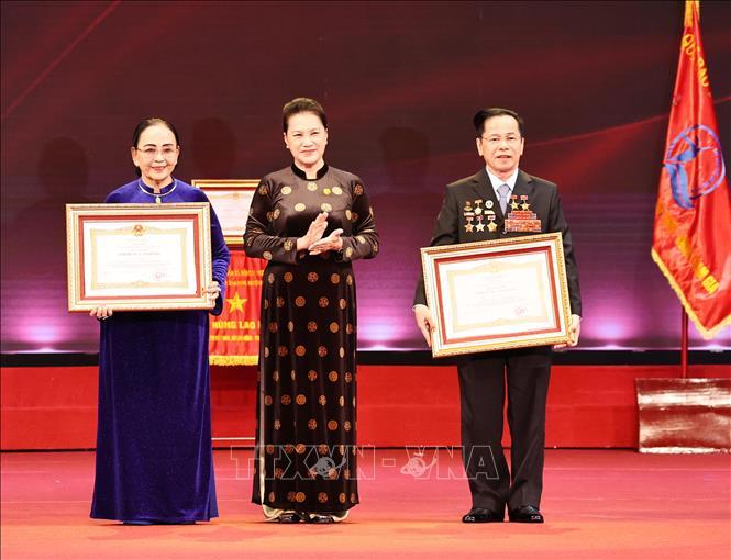 Chủ tịch Quốc hội Nguyễn Thị Kim Ngân trao Danh hiệu Anh hùng Lao động cho ông Lê Văn Kiểm và bà Trần thị Cẩm Nhung. Ảnh: Trọng Đức/TTXVN