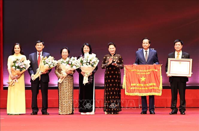 Chủ tịch Quốc hội Nguyễn Thị Kim Ngân trao danh hiệu Anh hùng Lao động thời kỳ đổi mới cho Quỹ Bảo trợ trẻ em Việt Nam. Ảnh: Trọng Đức/TTXVN