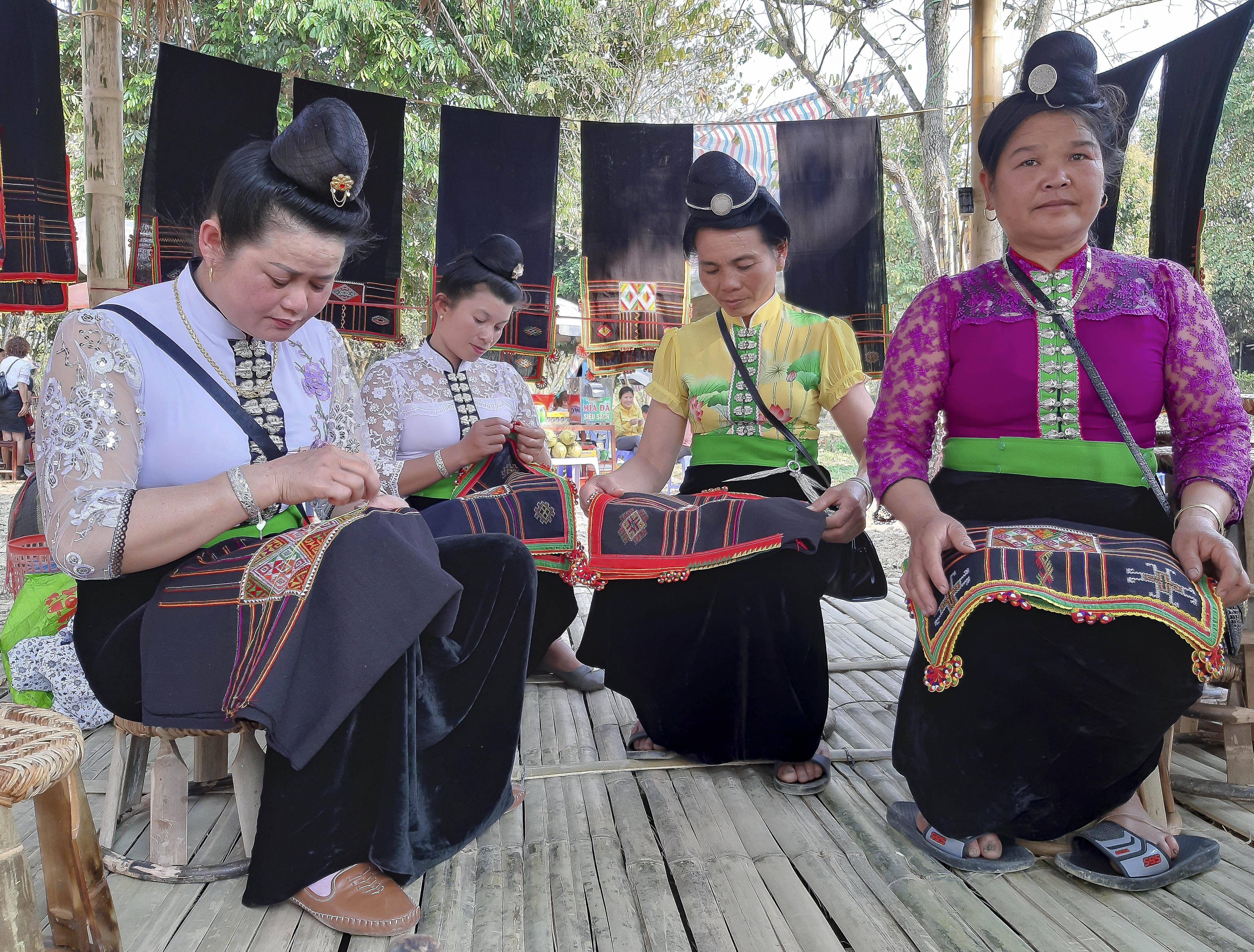 Những đôi tay khéo léo của chị em phụ nữ dân tộc Thái tạo ra những tấm thổ cẩm rực rỡ sắc màu, đa dạng hoa văn.
