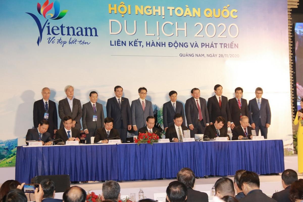 Thành phố Hà Nội, thành phố Hồ Chí Minh và 5 tỉnh, thành phố vùng kinh tế trọng điểm miền Trung ký kết hợp tác liên kết phát triển du lịch.