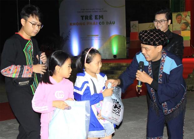 Các đại sứ đồng hành cùng Dự án giao lưu cùng các em học sinh