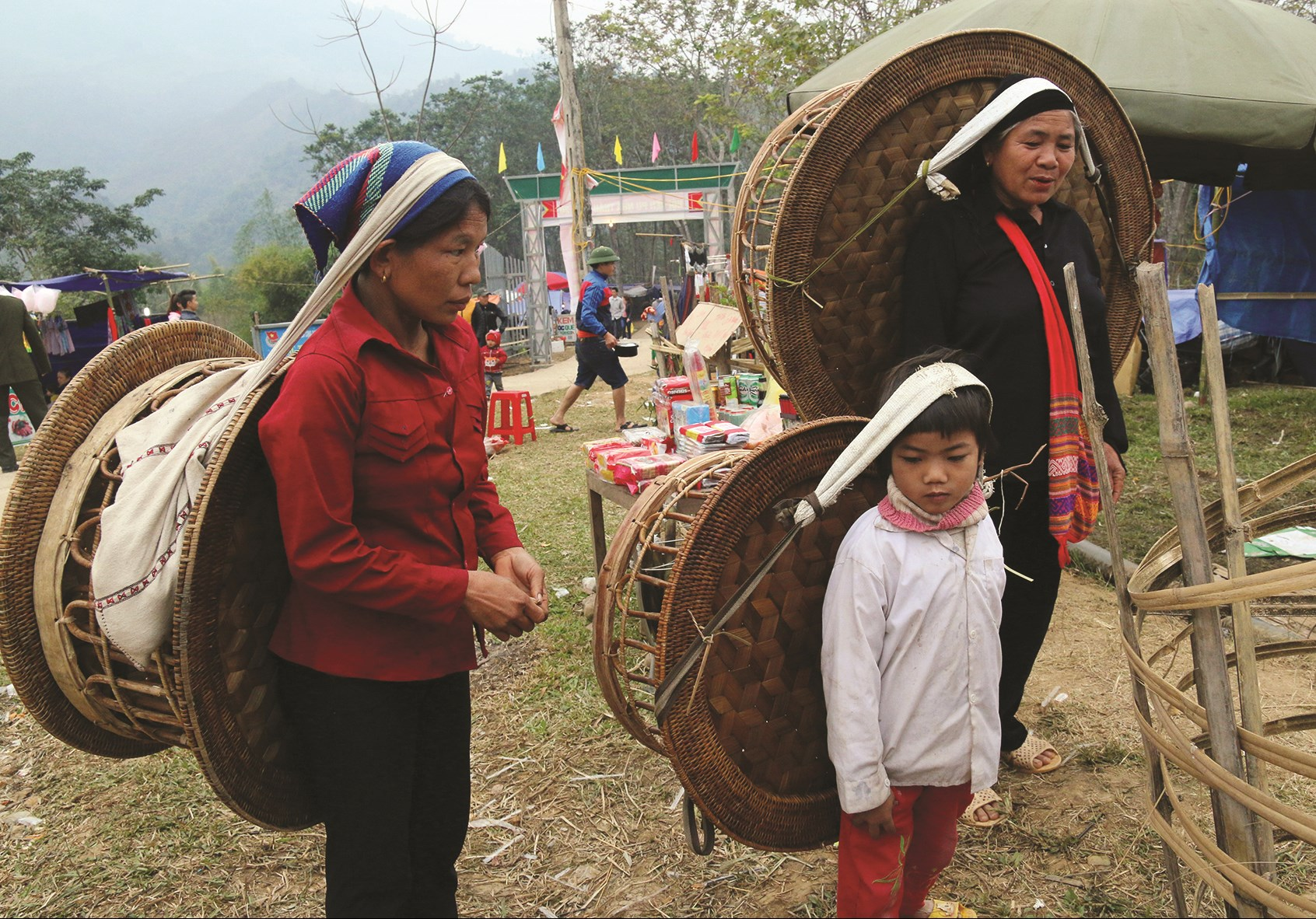 Những sản phẩm mâm cơm của người Khơ mú phải đem đi bán rải rác
