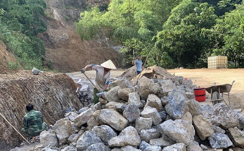 Các điểm có nguy cơ sạt lở gần khu dân cư đang được UBND huyện Đà Bắc củng cố, giảm thiểu rủi ro trong mùa mưa bão