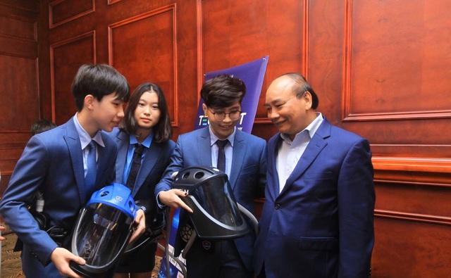 Nhóm tác giả được Thủ tướng Nguyễn Xuân Phúc khen ngợi tại Techfest 2020.