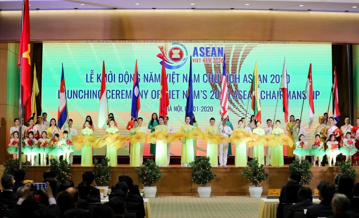 Các nghệ sĩ Nhà hát Nghệ thuật đương đại Việt Nam tại lễ khởi động Năm ASEAN 2020.